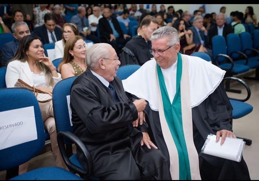 Reitor do Ciesa, Luiz Antonio Corrêa cumprimenta o homenageado Edson Franco.